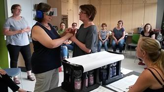 Eine Taubblindenassistenz ermöglicht hörsehbehinderten/taubblinden Menschen eine größere Selbstständigkeit