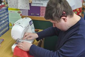 In der Werksstufe im Bildungszentrum für Taubblinde sollen Fähigkeiten für das spätere Wohnen und Leben gefördert werden.