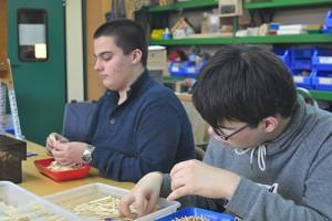 An den Praxistagen der Werksstufe im Bildungszentrum arbeiten die taubblinden Schüler in einer Lehrwerkstatt.