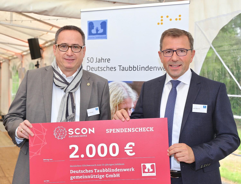 Seit vielen Jahren unterstützt Michael J. Schöpf (links) die Arbeit des Deutschen Taubblindenwerks