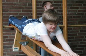 """Die Kommunikationsfähigkeit und Handlungskompetenz von taubblinden oder hörsehbehinderten Kindern wird beim """"Spielturnen"""" gestärkt"""