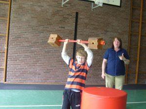 """Taubblinde oder hörsehbehinderte Kinder entdecken beim """"Spielturnen"""" die Materialien und Angebote ohne Vorgaben"""