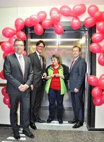 Dank des verbesserten Aufzuges kann Bewohnerin Gaby Werner sich besser orientieren