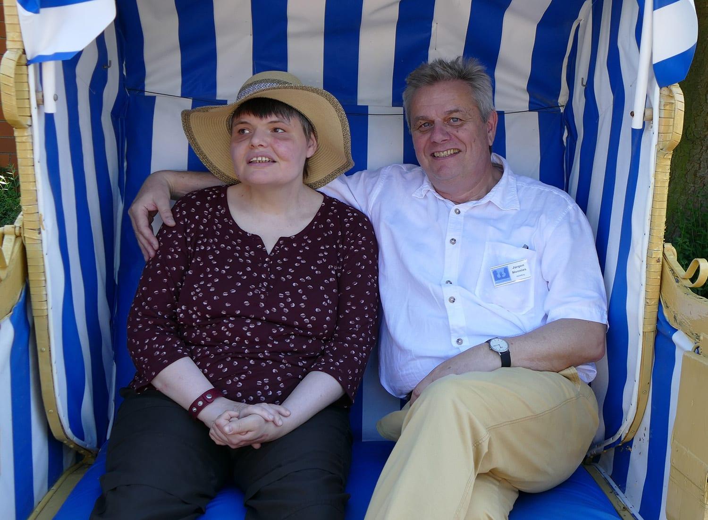 Jürgen Hennies mit Bewohnerin im Strandkorb