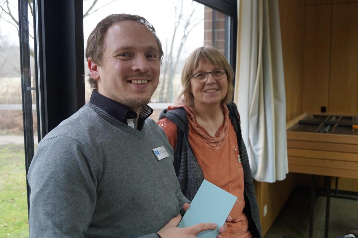 Sebastian Öhl im Gespräch mit einer Klassenlehrerin