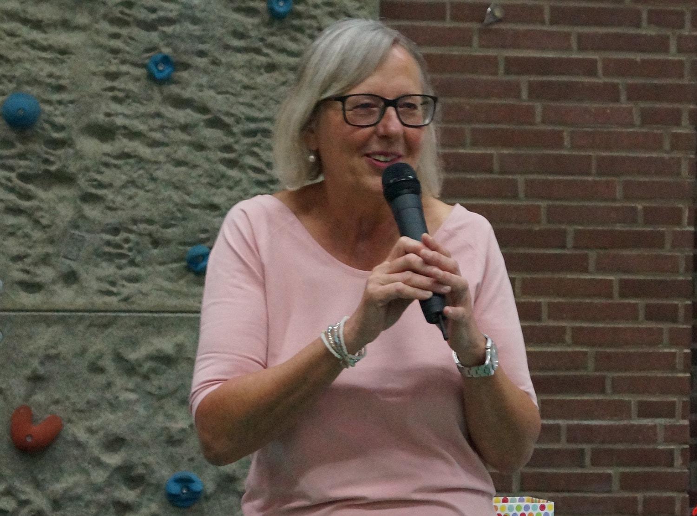 Gudrun Lemke-Werner begrüßt die Schüler
