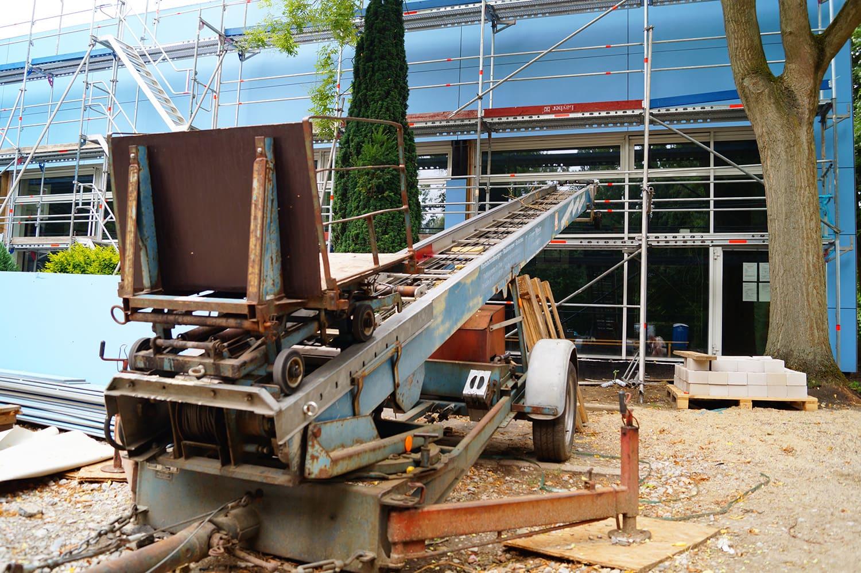Bauarbeiten an der Fassade von Turnhalle und Schwimmbad
