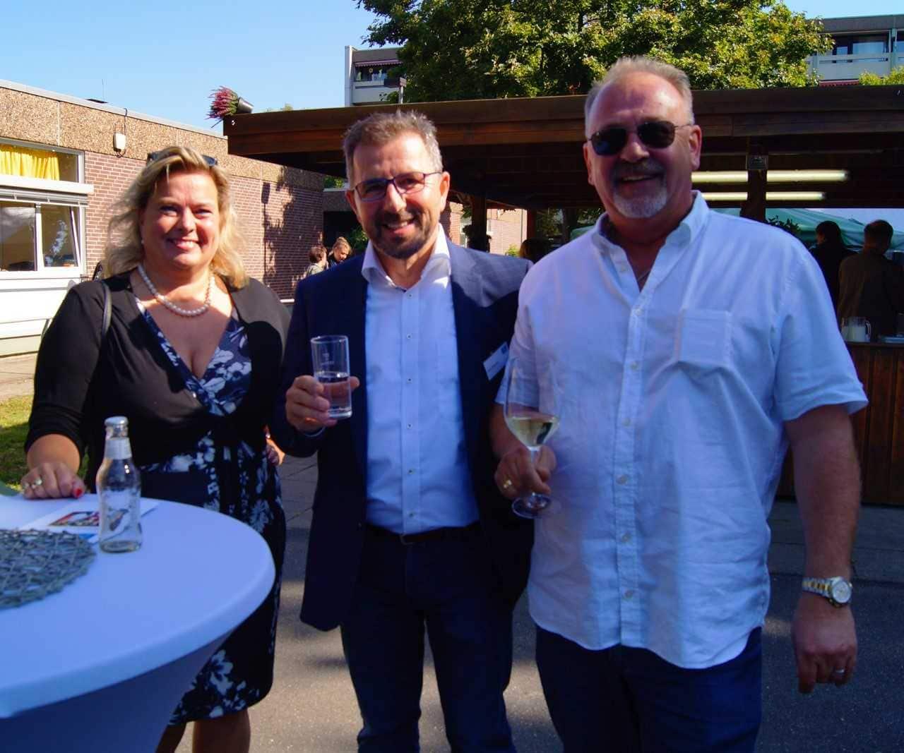 Geschäftsführer Volker Biewald (Mitte) begrüßt die zahlreichen Gäste