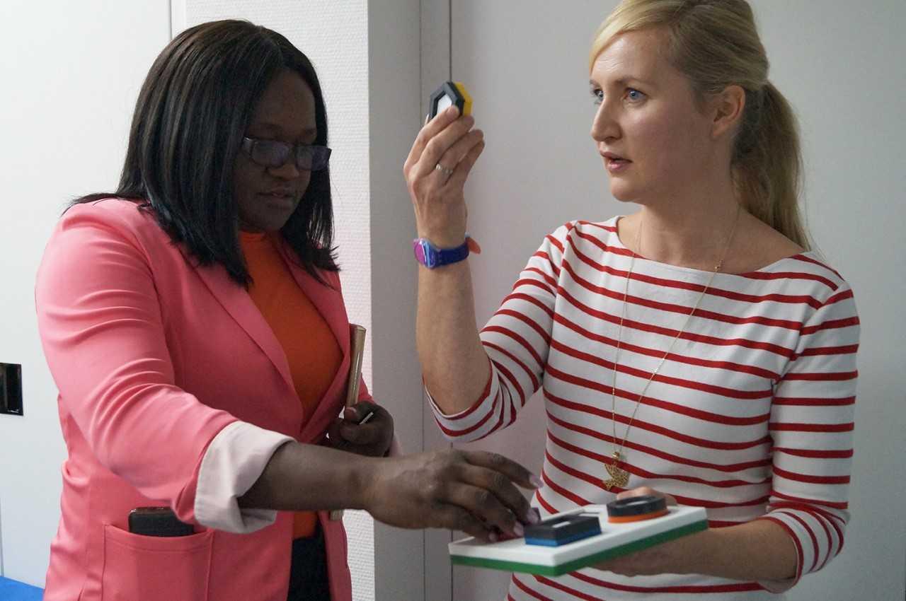 Sandra Runge-Fleischer zeigt Low-Vision-Materialien für die Sehüberprüfung