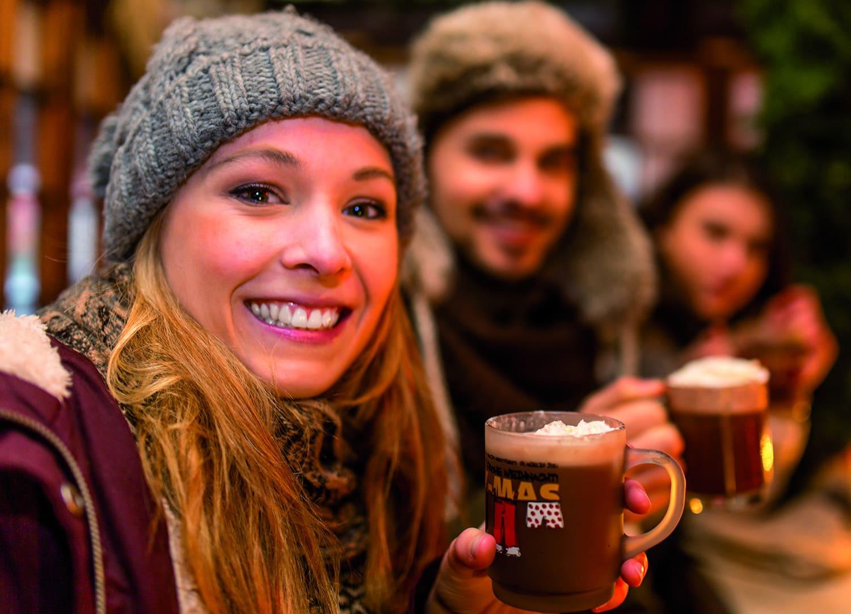 Frau hält Becher mit Kakao in der Hand