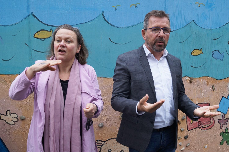 Schuldirektorin Bettina Trissia und Geschäftsführer Volker Biewald