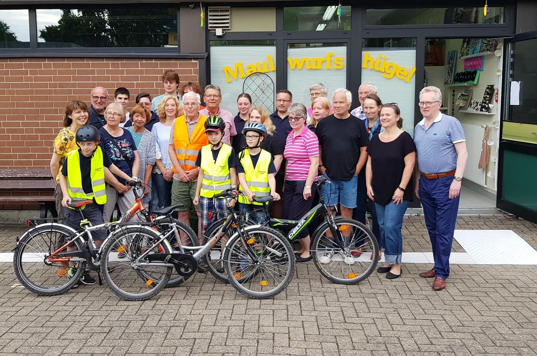Gruppe von Fahrradfahrern steht vor dem Deutschen Taubblindenwerk