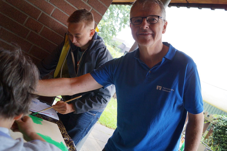 Mit Pinsel und Farbe basteln Sascha Priesemann (links) und Thomas Buschmann (rechts) ein Fußballmodell