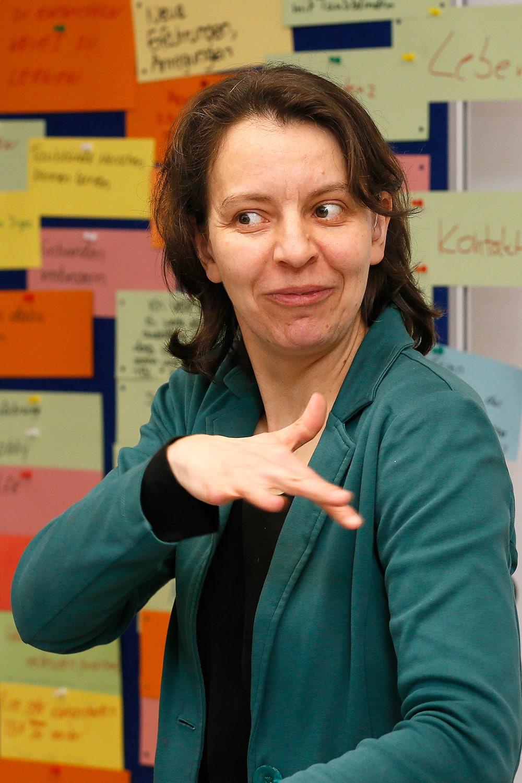 Susann Bosold übt mit Teilnehmern zu lormen