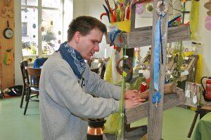 Michael Schwiperich im Werkstattladen