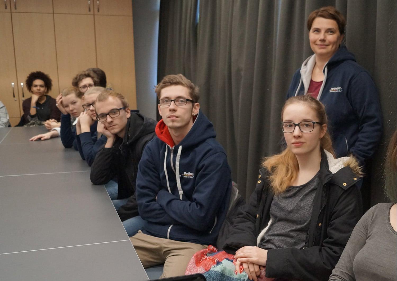 Neugierig verfolgen die Jugendlichen die Erklärungen zur Kommunikation von Taubblinden