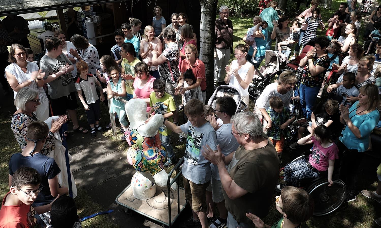 Über Wochen hatten die Mädchen und Jungen die farbenfrohe Nana-Figur gebaut und bemalt