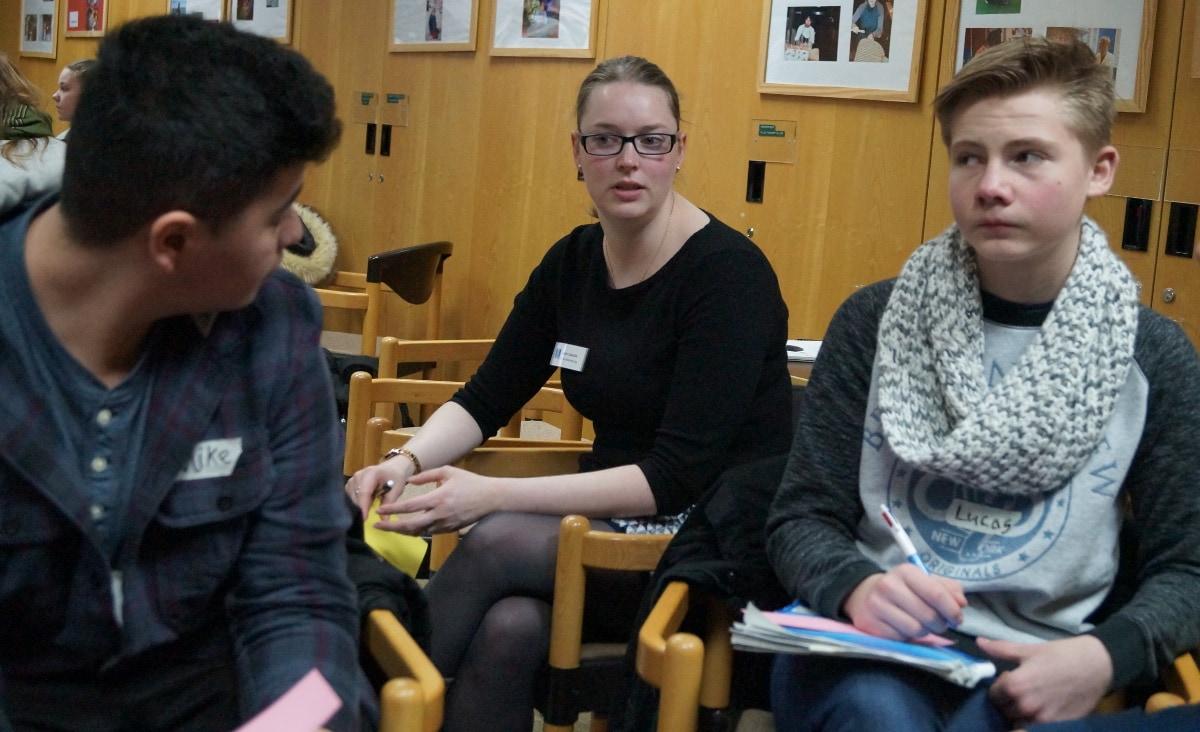 Die Jugendlichen diskutieren die Gruppenaufgabe mit Marie Cebulla