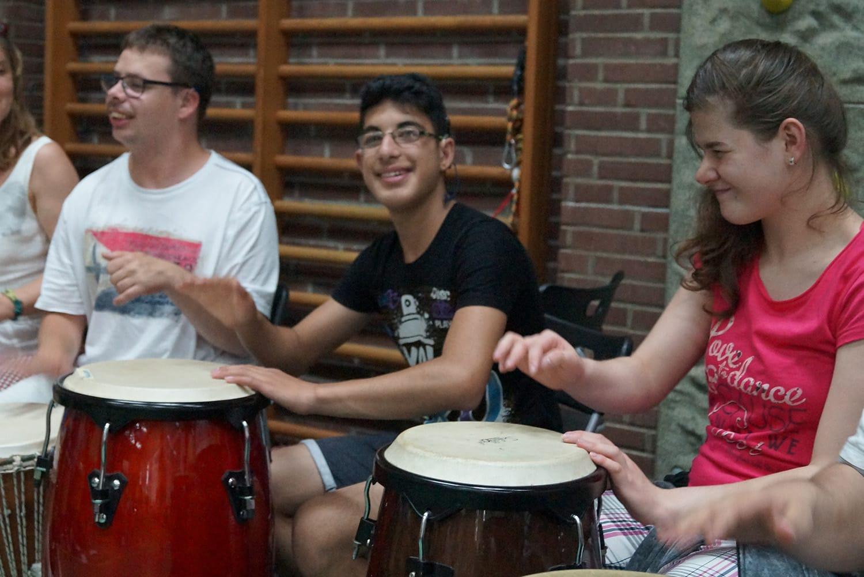 Rauan und Krenare und die anderen Schüler der Trommelgruppe eröffnen die Schulabschlußfeier