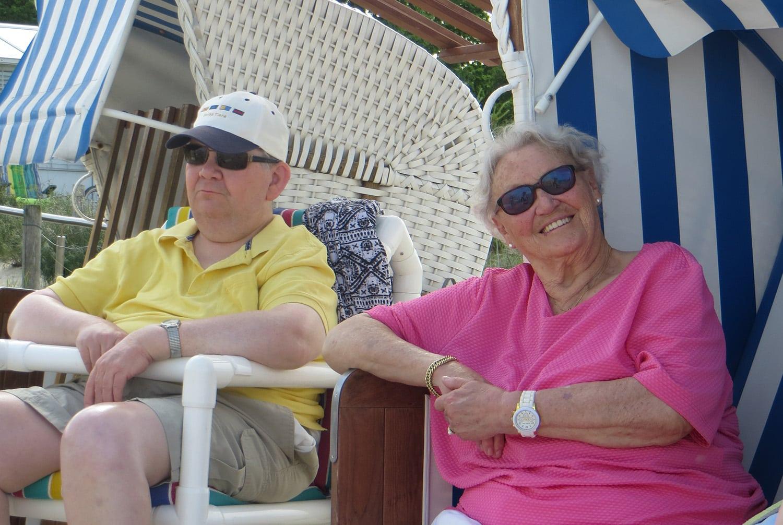 Mutter und Sohn entspannen im Strandkorb