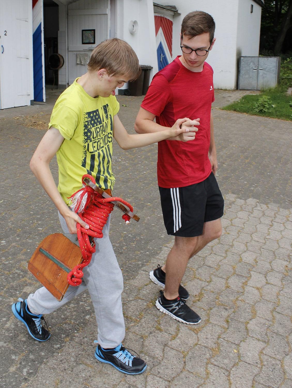 Wie alle anderen Ruderer hilft Lucas, das Boot vorzubereiten