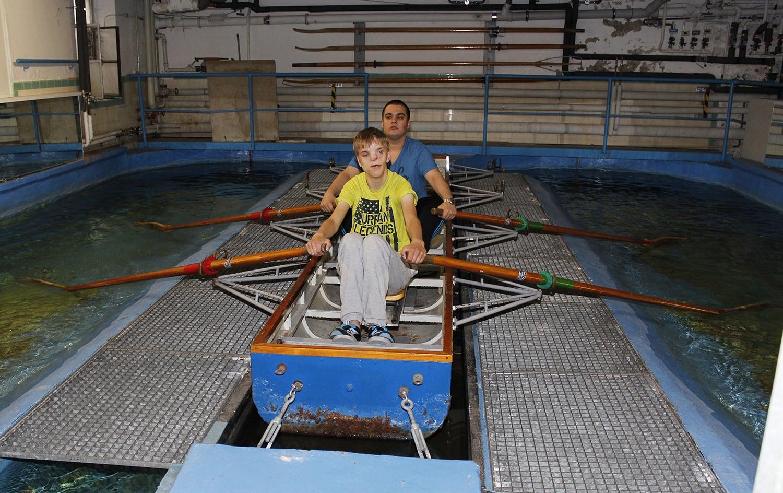 Rudern erfordert einen harmonischen Bewegungsablauf und kann von den Sportlern auf der Ruderanlage trainiert werden