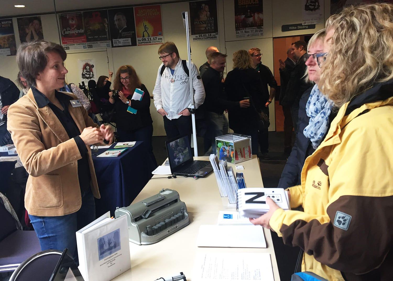 Susann Bosold im Gespräch mit Besuchern