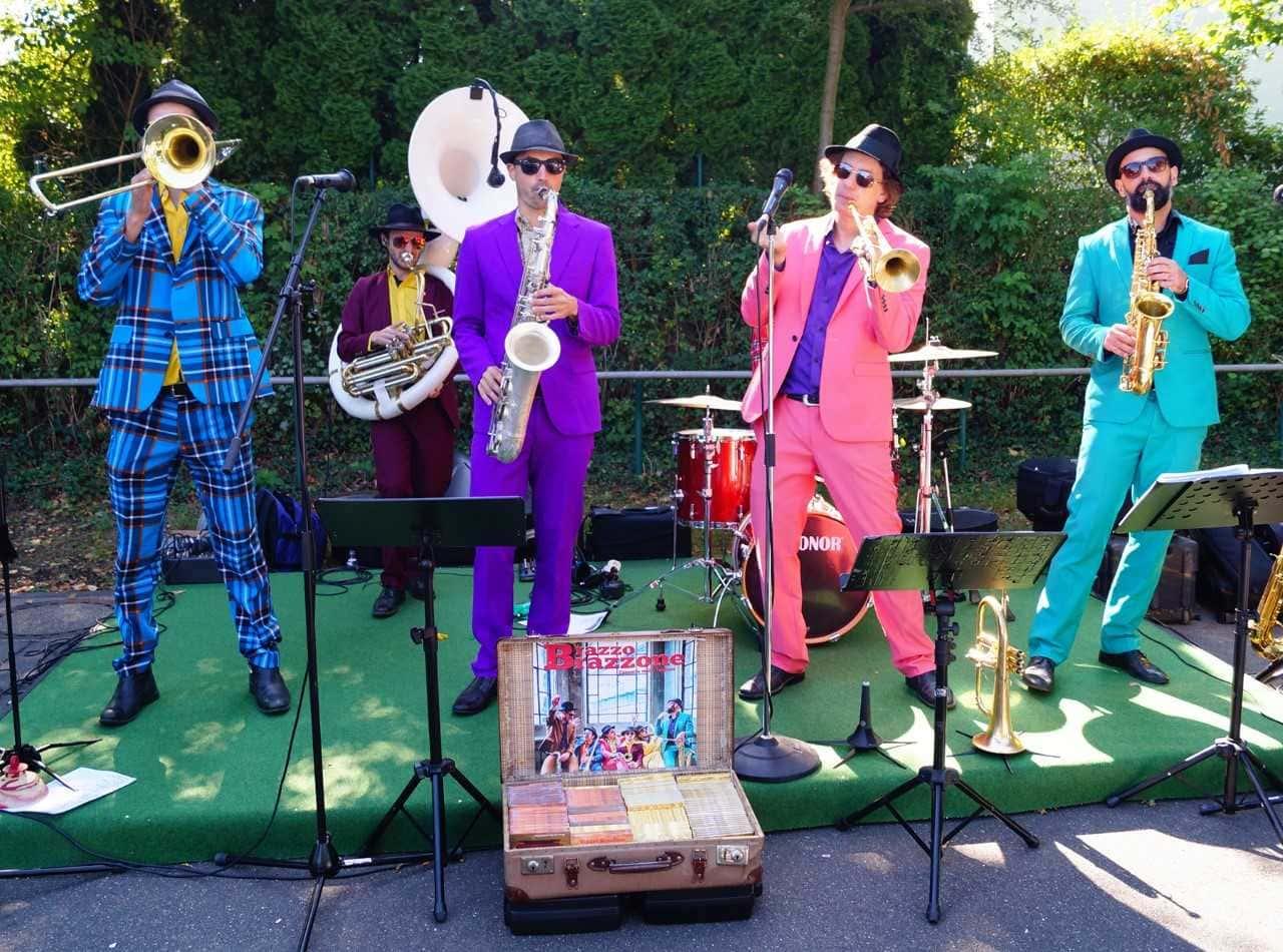 """Nicht zu überhören und zu übersehen: Der knallbunte Auftritt der Jazzband """"Brazzo Brazzone"""""""
