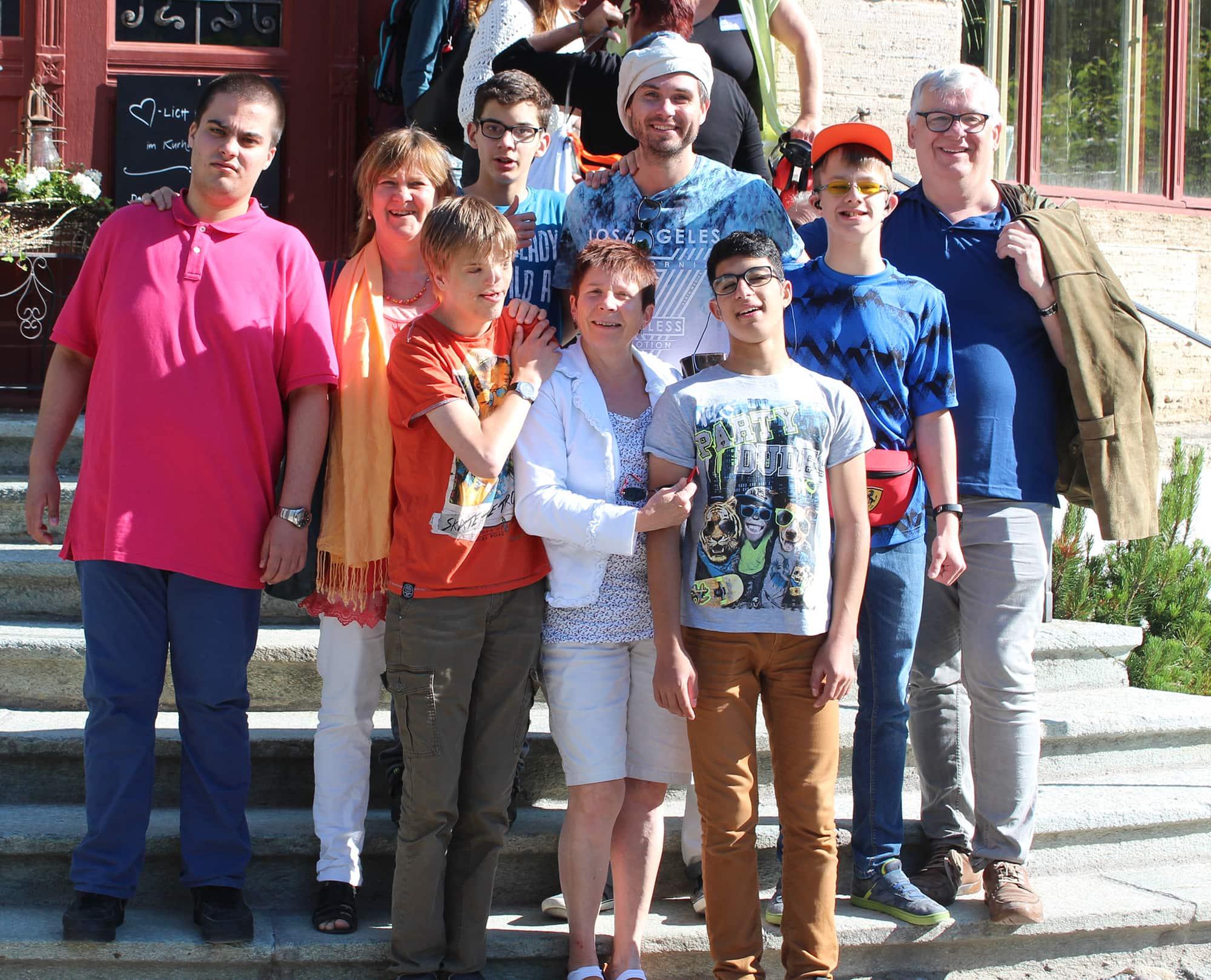 Schüler und Lehrer zu Besuch beim internationalen Kreativkongress im Schweizer Kurort Bergün