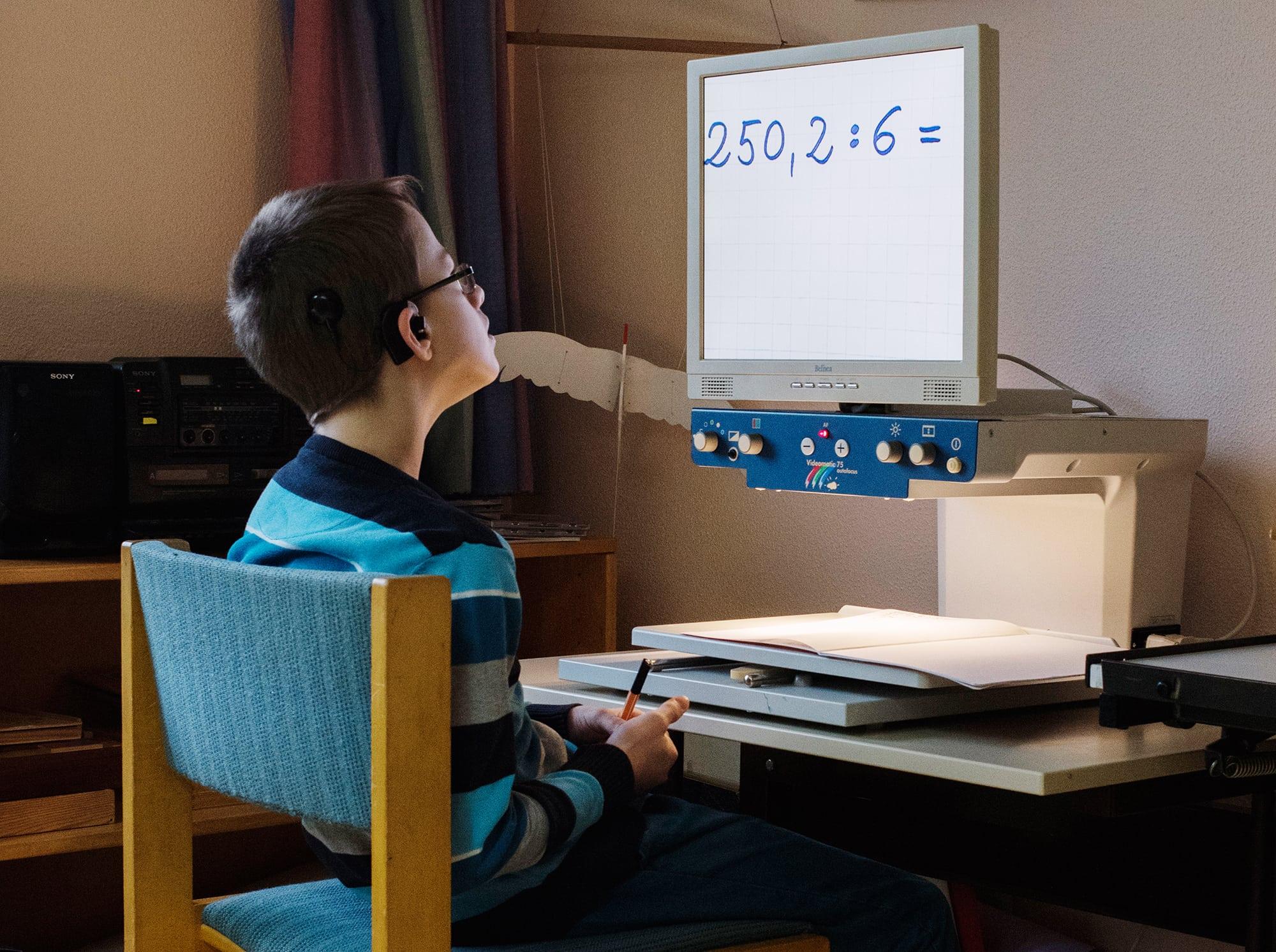 Schüler rechnet Aufgabe auf dem Vergrößerungsbildschirm