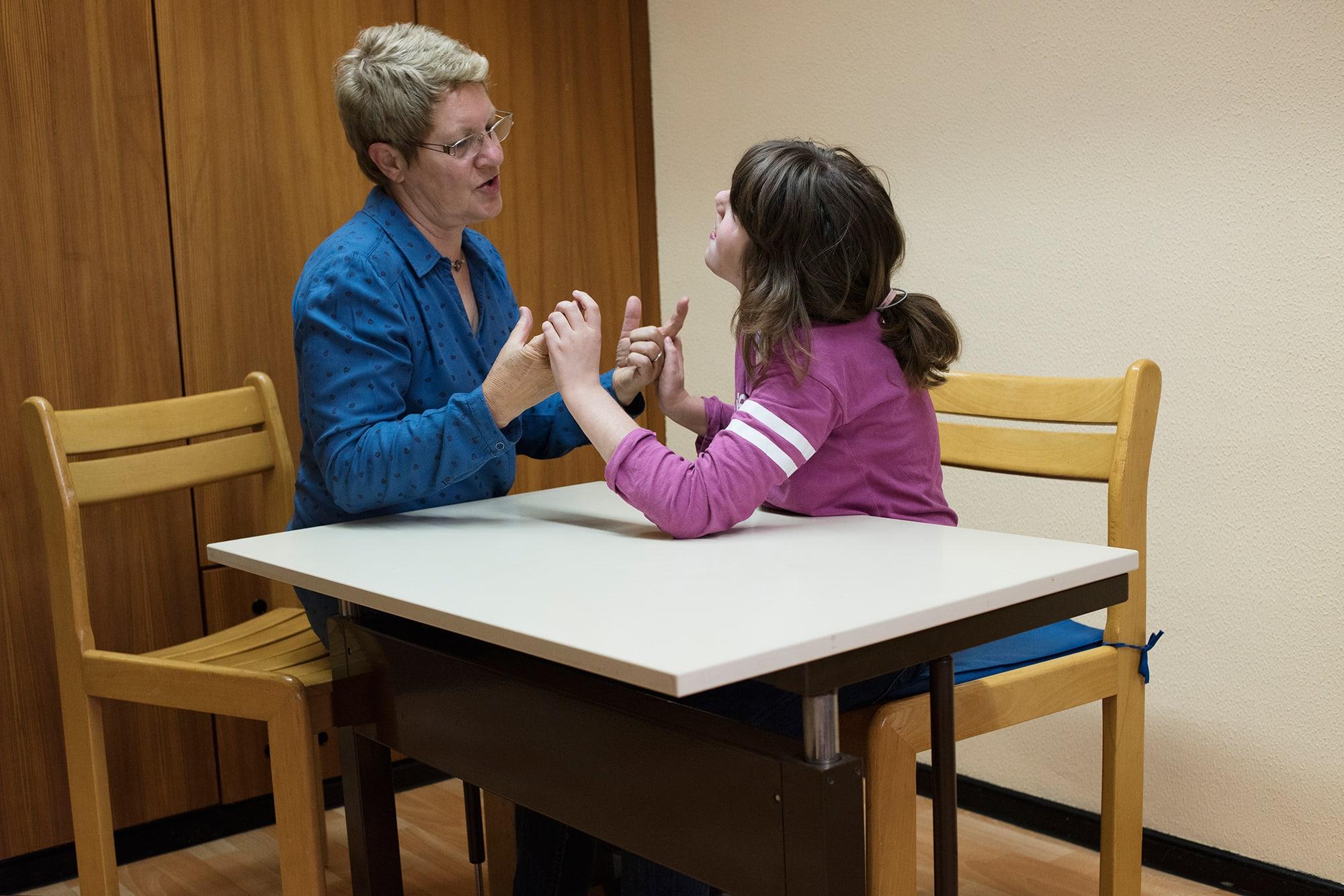 Schülerin und Lehrerin sprechen miteinander