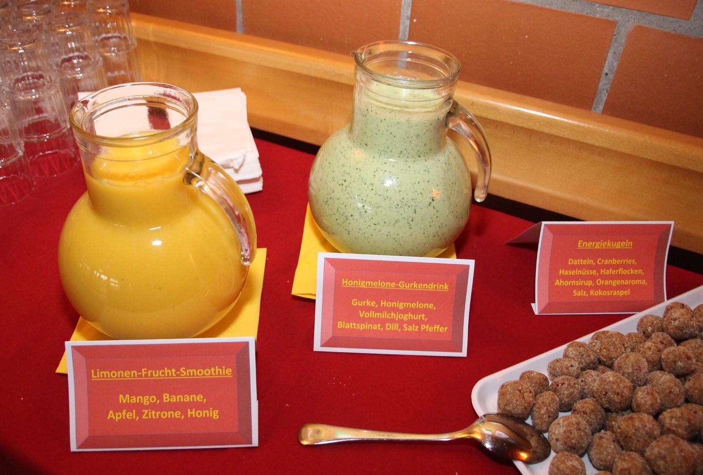 Kannen mit verschiedenen Getränken und Nusskugeln