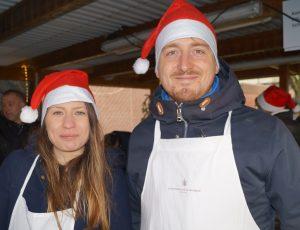 Frau und Mann mit Weihnachtsmannmütze