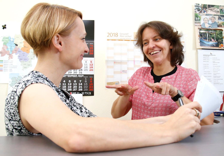 zwei Frauen kommunizieren über Gebärden miteinander
