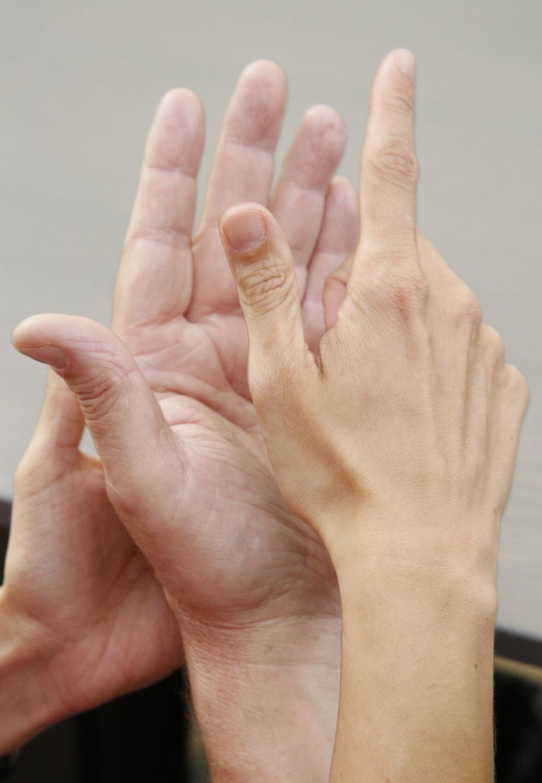 zwei Hände lormen miteinander