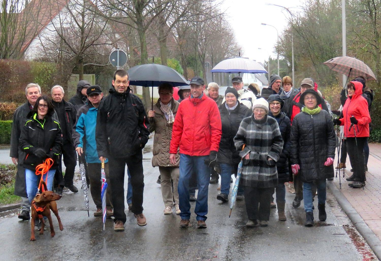 Teilnehmer starten zum Neujahrslauf