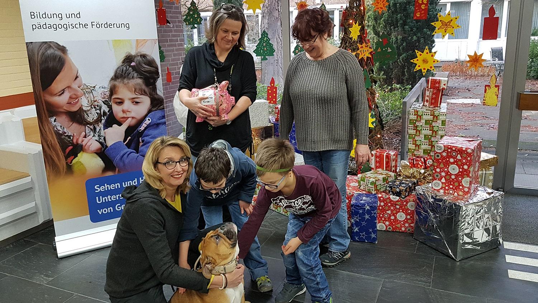 Gruppe mit Kindern, Lehrern und Helene Schroeder von der Fußpflege mit ihrer Hündin Tilda