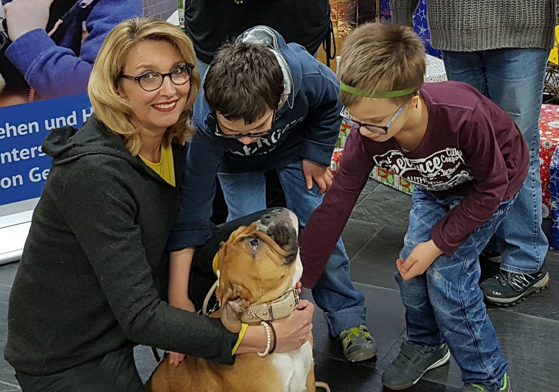 Frau mit Hund und Kinder
