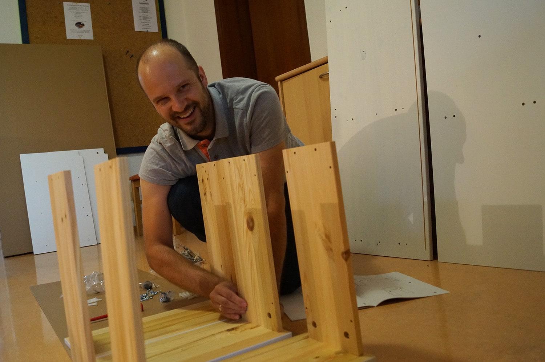 Benjamin Scholz baut die Möbel für den neuen Hobbyraum zusammen