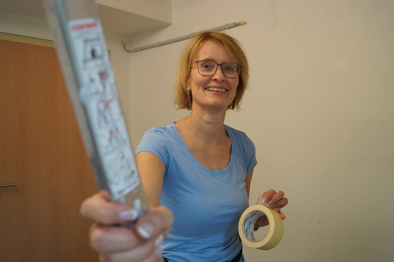 Helferin Katja Schmischke streicht die Wände