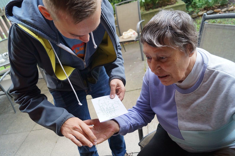 Mit dem Tastalphabet kommunizieren Sascha Priesemann und die taubblinde Janina miteinander