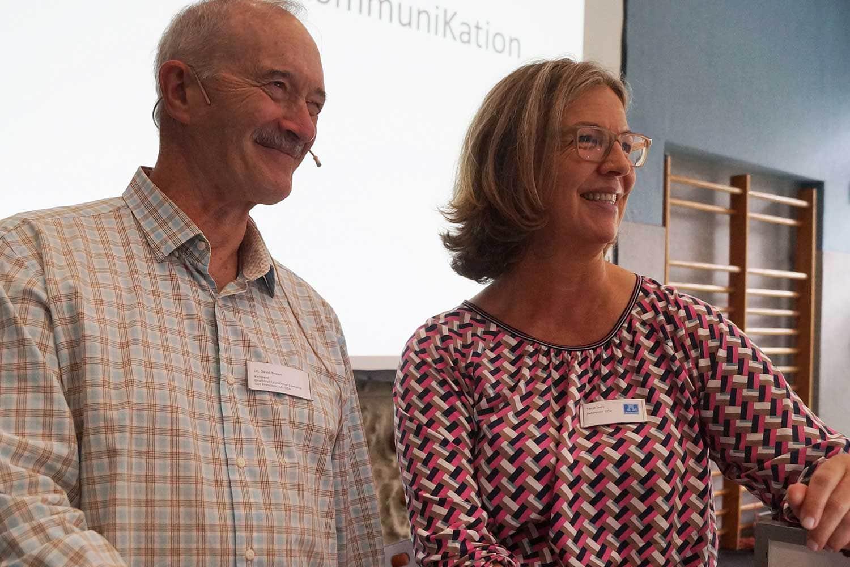 Tanja Geck steht neben Professor David Brown