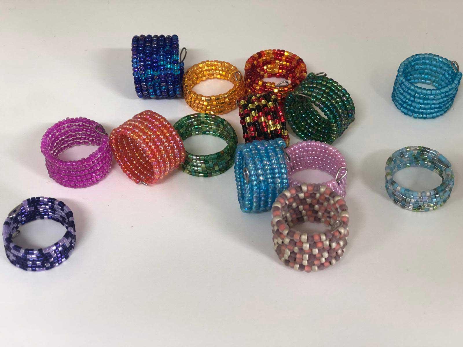 Perlenringe in verschiedenen Farben