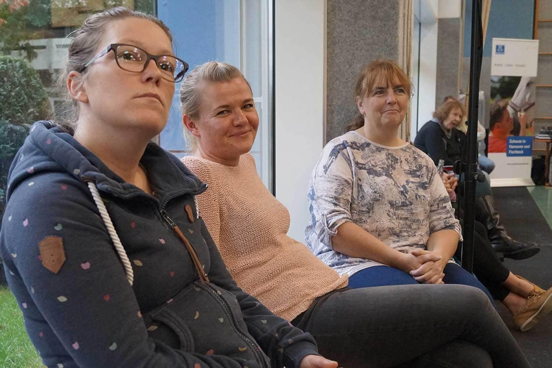 drei Frauen sitzen auf einer Bank