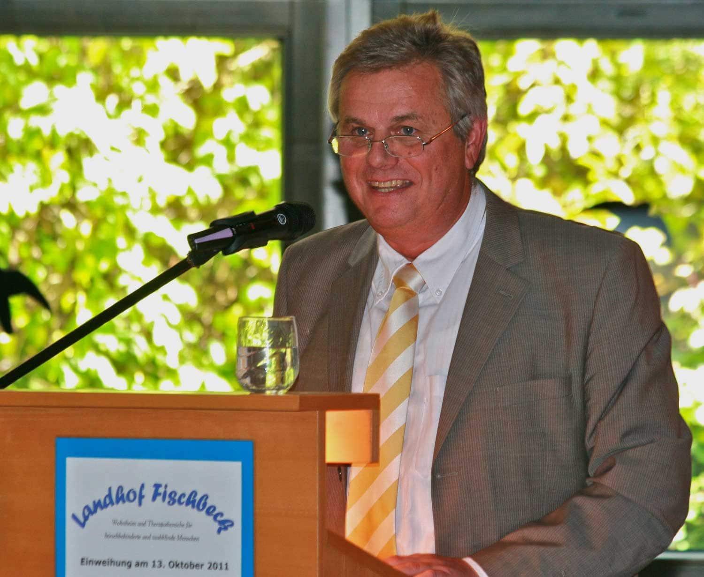 Jürgen Hennies hält eine Rede