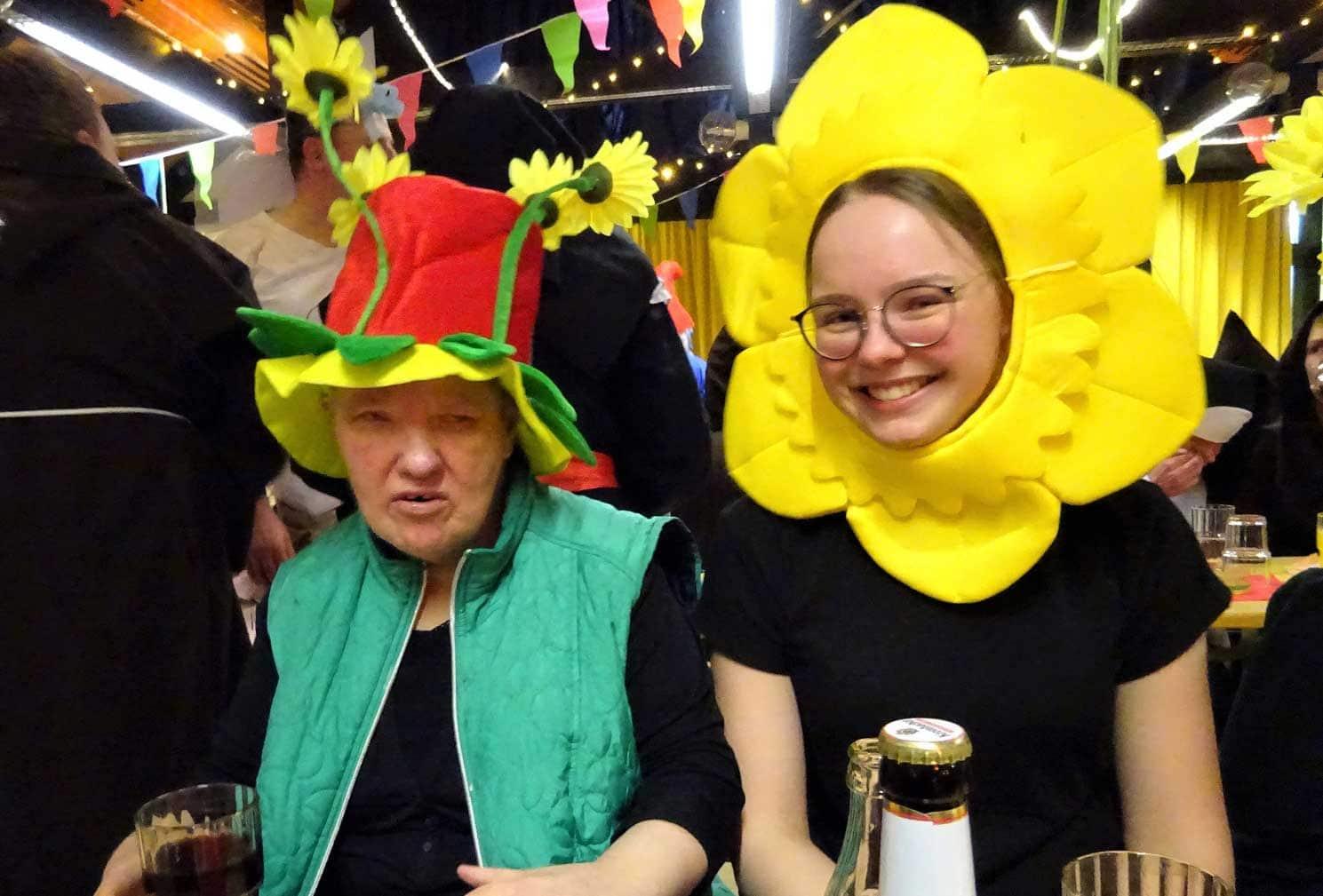 zwei Frauen tragen Kostüme