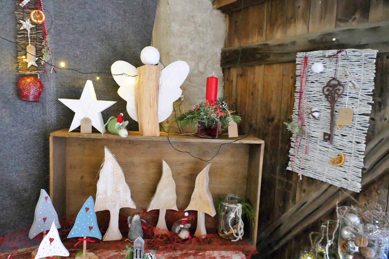 weihnachtliche Dekoration in der Scheune