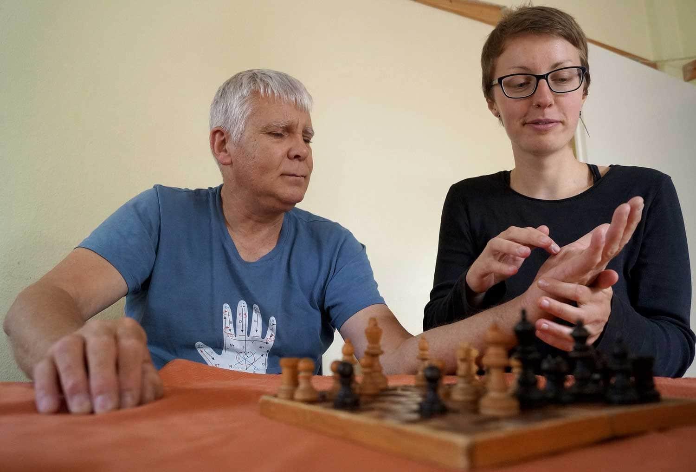 Franz Pirker mit Taubblindenassistentin Juliane Schinke beim Schach spielen
