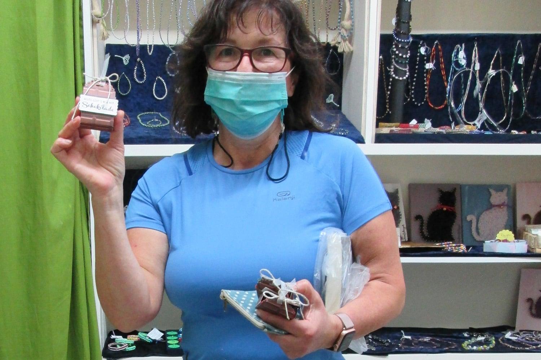 Frau hält eine Schokoladenbox in der Hand