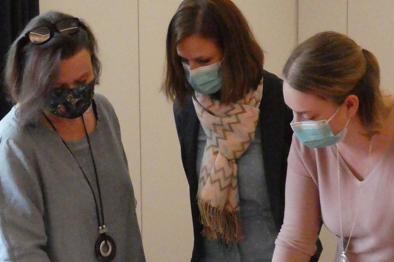 drei Frauen beraten sich